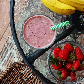 sweetmorning strawberriessmoothie eathealthy breakfastideas shareashake morningrituals behappy goodmorningworld