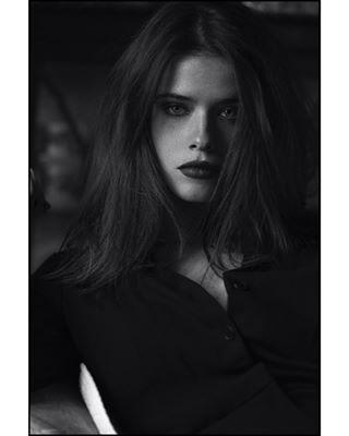 dark matteoronzini powerwoman naturallight portrait blackandwhite photography