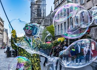 freakbubbles bubbles streetperformer royalmile edinburgh