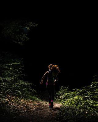bieganie canon50mm14 silouette canon6dmarkii lasekwolski sportsphotographer trailphotography trailrunning krakow running trailrun forestrunners biegigórskie runners nightphotography sportsphotography