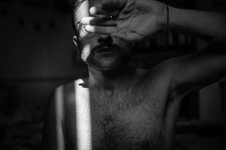autoritratto autoscatto biancoenero bianconero blackwhite bnw bodyacceptance bw collecmag foto fotografia glasses guyswithglasses harmpit lensbible light male maleportrait monochrome mybody pelle photography photoproject portrait ritratto selfportrait shadows skin sunlight