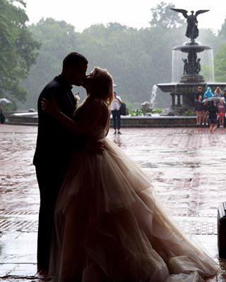 couple newyork centralpark kiss vows rain ny bethesdafountain nyc bethesdaterrace weddingphotography happiness wedding love