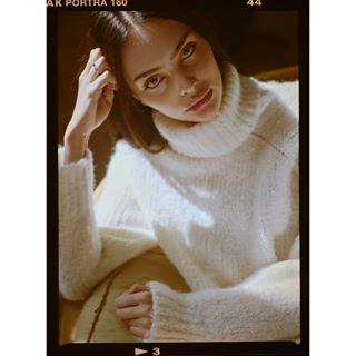 autumn model cosy filmphotography light mamiya645 sweater test portrait analog afternoon