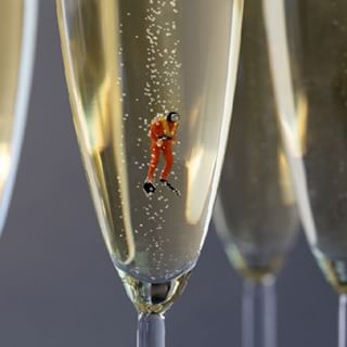 tastybeverage scuba christopherboffoli realfood diving cheers photographer bigappetites flute bubbles bubbly scalejuxtaposition fineart champagne tinyfigures diver submerged animation bonweekend