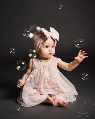 valokuvaajahelsinki helsinki wonders 9kk photographer babygirl mariwaegeleinphotography 9monthsold lapsikuvaus lapsikuvaaja ihmeellinenmaailma kaivopuisto ullanlinna childphotographer tyttö childphotography bubbles