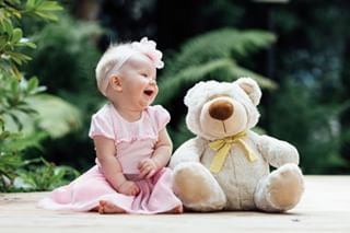 baby babygirl backyard byöle dress familyphotographer teddy valokuvaajahelsinki vesamarjanenphotography
